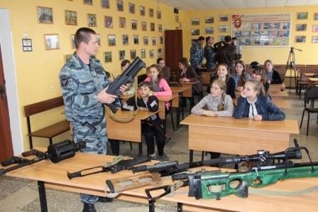 Школьники посетили базу тамбовского ОМОН